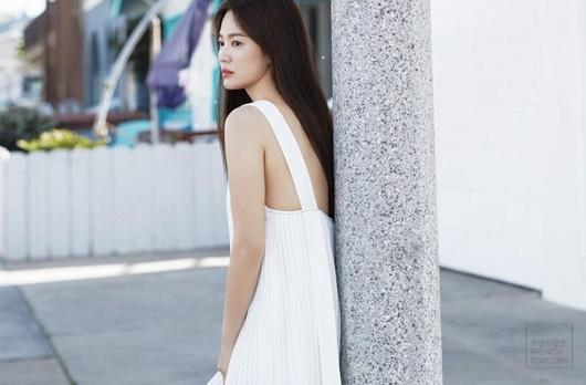 Song Hye Kyo khoe nhan sắc tươi trẻ tuổi 39 với váy ngắn gợi cảm - Ảnh 4