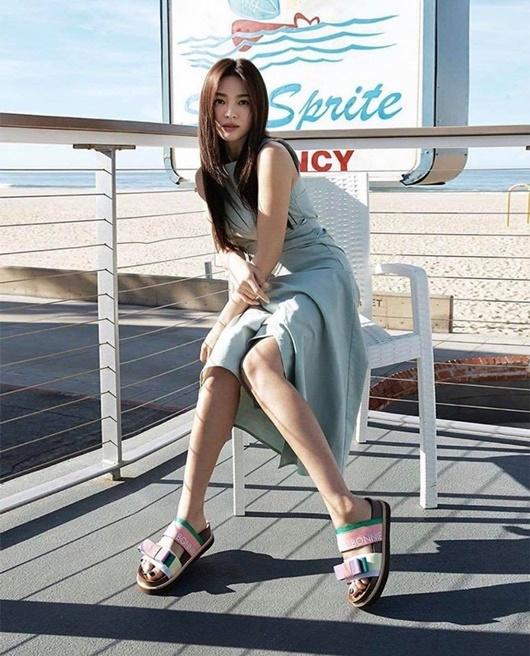 Song Hye Kyo khoe nhan sắc tươi trẻ tuổi 39 với váy ngắn gợi cảm - Ảnh 5