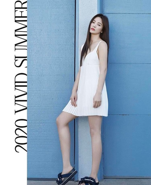 Song Hye Kyo khoe nhan sắc tươi trẻ tuổi 39 với váy ngắn gợi cảm - Ảnh 2