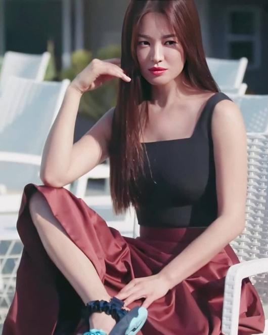 Song Hye Kyo khoe nhan sắc tươi trẻ tuổi 39 với váy ngắn gợi cảm - Ảnh 8