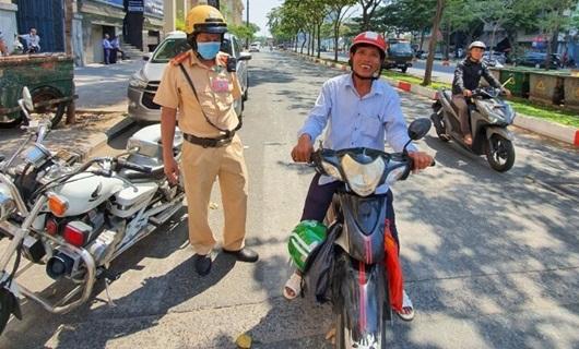Cảnh sát giao thông tặng tiền cho người đàn ông bị thu xích lô - Ảnh 1