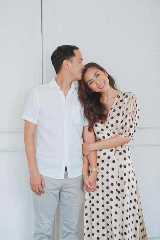 Ông xã Hà Tăng đăng ảnh nắm tay vợ vừa tình cảm vừa sang chảnh như trong phim - Ảnh 5