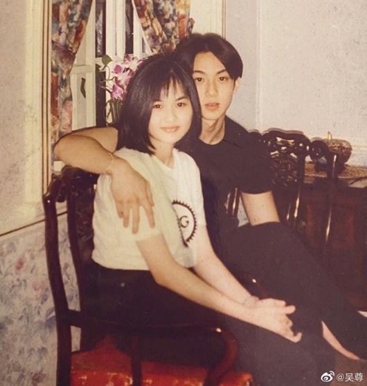 """Khoe ảnh chụp cùng bà xã năm 16 tuổi, Ngô Tôn vướng tin đồn """"bắt vợ sinh con theo lịch"""" - Ảnh 1"""