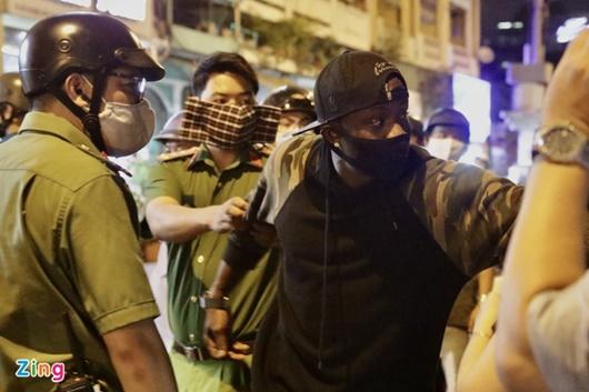 TP.HCM: Người nước ngoài tụ tập, vi phạm quy định cách ly xã hội được đưa về phường - Ảnh 1