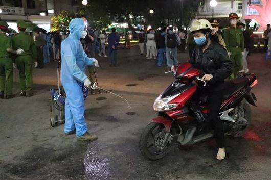 Khoảnh khắc bác sĩ, y tá bật khóc khi bệnh viện Bạch Mai dỡ bỏ cách ly - Ảnh 9