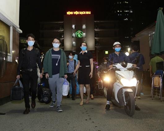 Khoảnh khắc bác sĩ, y tá bật khóc khi bệnh viện Bạch Mai dỡ bỏ cách ly - Ảnh 8