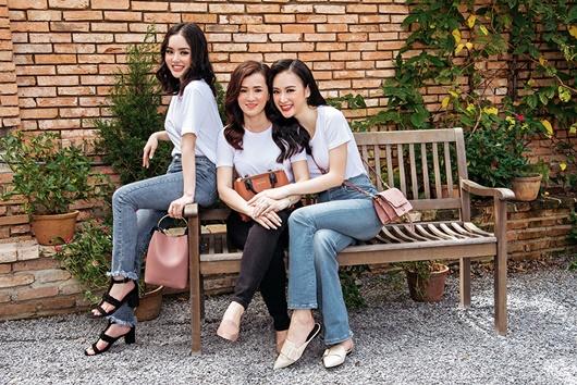"""Angela Phương Trinh khoe ảnh với mẹ và em gái, dân tình trầm trồ khen ngợi """"nhà có 3 mỹ nhân"""" - Ảnh 1"""