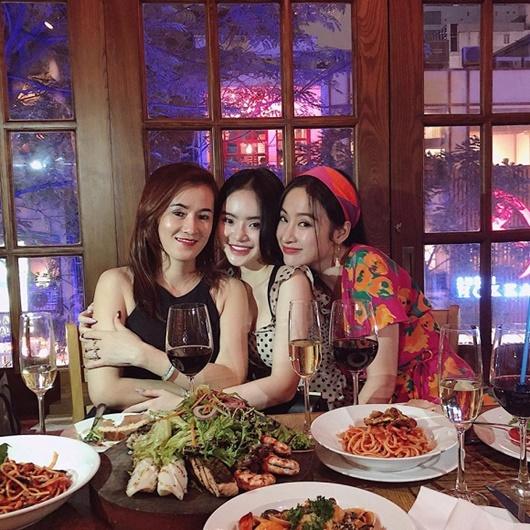 """Angela Phương Trinh khoe ảnh với mẹ và em gái, dân tình trầm trồ khen ngợi """"nhà có 3 mỹ nhân"""" - Ảnh 7"""