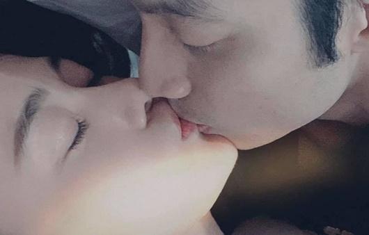 """Phương Oanh khoe ảnh """"khóa môi"""" ngọt ngào, để lộ mặt bạn trai - Ảnh 1"""
