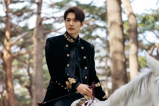 """""""Bạch mã hoàng tử"""" Lee Min Ho cưỡi ngựa đi gặp """"crush"""" và cái kết không như cổ tích - Ảnh 3"""