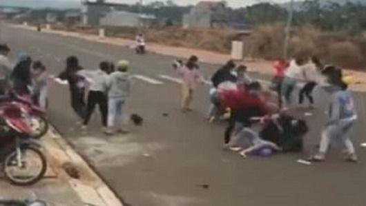 Bình Phước: Nhóm nữ sinh đánh nhau ở cổng trường do mâu thuẫn tiền bạc - Ảnh 1