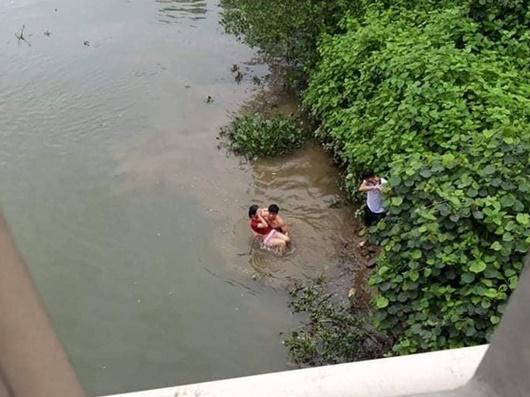 Người đàn ông kể lại giây phút lao xuống dòng nước xiết cứu nữ sinh nhảy cầu tự tử - Ảnh 1
