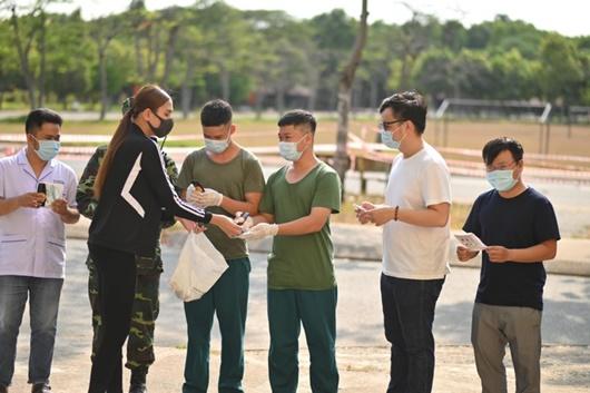 Võ Hoàng Yến rời khu cách ly, tặng khẩu trang và nước nửa tay cho các y bác sĩ - Ảnh 2