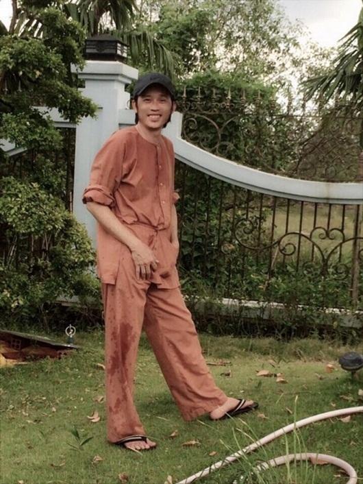 """Hoài Linh """"đen thui"""" vì ở nhà làm vườn suốt thời điểm dịch bệnh - Ảnh 1"""