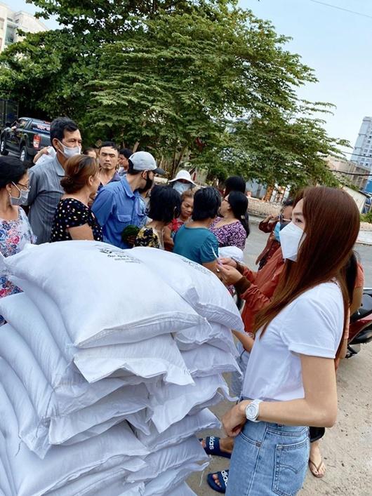 Minh Hằng phát gạo hỗ trợ người dân khó khăn thời điểm dịch Covid-19 - Ảnh 2