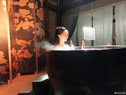 Sự thật sau những cảnh tắm thần tiên, mờ ảo, đẹp lung linh của mỹ nhân Hoa ngữ - Ảnh 3