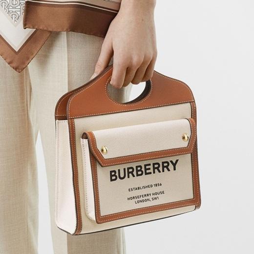 Erik và Đức Phúc sành điệu với túi xách nữ hiệu Burberry giá ngàn đô - Ảnh 1