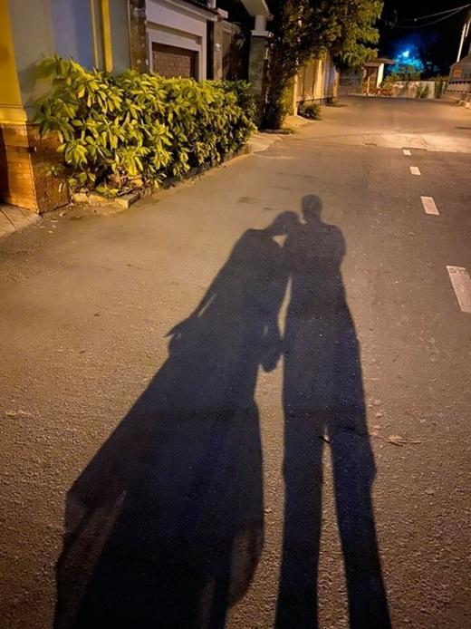 """MC Vân Hugo khoe được cầu hôn bằng nhẫn """"khủng"""", vẫn giấu kín mặt bạn trai - Ảnh 2"""