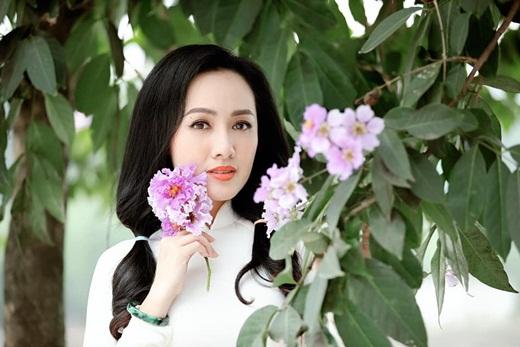"""BTV Hoài Anh diện áo dài trắng tinh khôi, được ví như """"nữ sinh"""" ở tuổi 40 - Ảnh 1"""