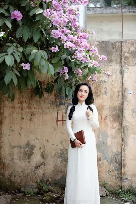 """BTV Hoài Anh diện áo dài trắng tinh khôi, được ví như """"nữ sinh"""" ở tuổi 40 - Ảnh 5"""