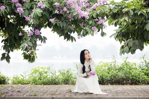"""BTV Hoài Anh diện áo dài trắng tinh khôi, được ví như """"nữ sinh"""" ở tuổi 40 - Ảnh 4"""