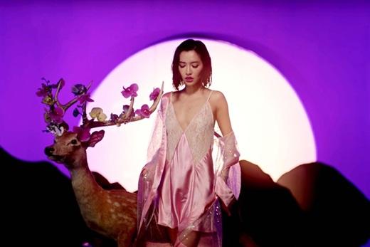 """Từ sau """"Bùa yêu"""", Bích Phương ngày càng gợi cảm: Trang phục từ ren cho đến ánh kim lấp lánh - Ảnh 3"""