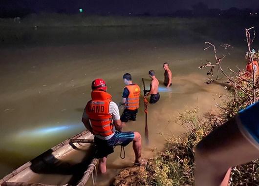 Hàng chục cảnh sát trắng đêm tìm kiếm nam sinh đuối nước ở Đà Nẵng - Ảnh 1
