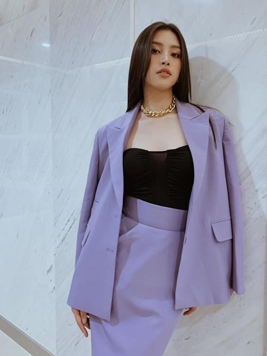 """Hoa hậu Tiểu Vy khoe thần thái sang chảnh, gợi cảm với tông tím """"hot trend"""" - Ảnh 2"""