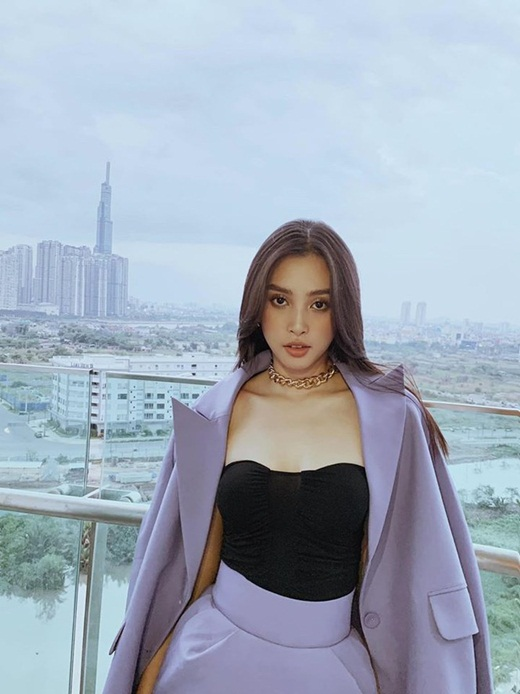 """Hoa hậu Tiểu Vy khoe thần thái sang chảnh, gợi cảm với tông tím """"hot trend"""" - Ảnh 1"""