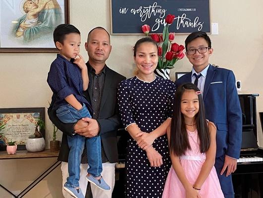Hồng Ngọc đăng ảnh cả gia đình, nhắn nhủ đến chồng nhân kỷ niệm 11 năm ngày cưới - Ảnh 1