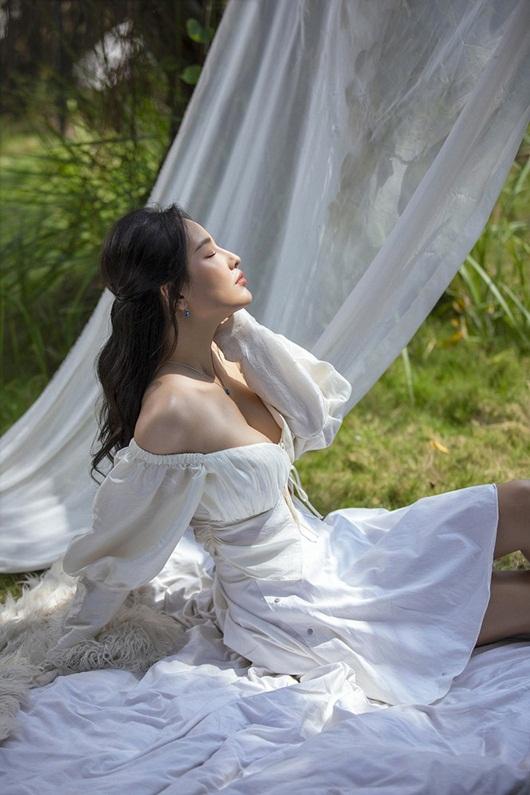 Mai Phương Thúy tung bộ ảnh mới khoe vai trần, ngực đầy siêu gợi cảm - Ảnh 2