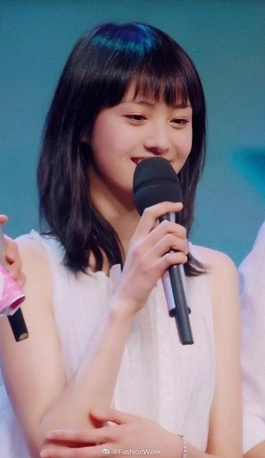 """Nhan sắc thanh thuần, đầy rung động của Trịnh Sảng năm 18 tuổi """"gây bão"""" Weibo - Ảnh 2"""