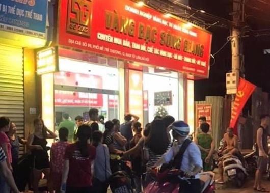 Kẻ cướp tiệm vàng táo tợn ở Hà Nội đâm trọng thương một người truy đuổi - Ảnh 1