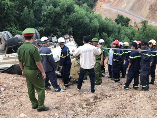 Quảng Trị: Hơn 5 giờ giải cứu xe chở gần 5 tấn thuốc nổ bị lật giữa đường núi - Ảnh 1
