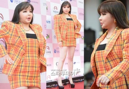Park Bom khiến fan phát hoảng vì gương mặt sưng phù, biến dạng trên thảm đỏ - Ảnh 1