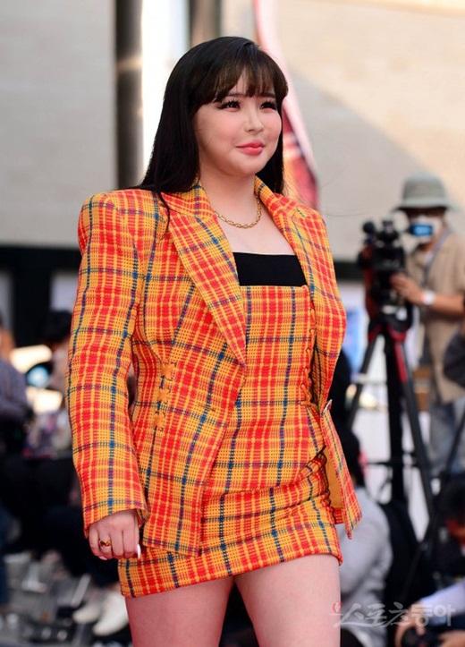 Park Bom khiến fan phát hoảng vì gương mặt sưng phù, biến dạng trên thảm đỏ - Ảnh 3