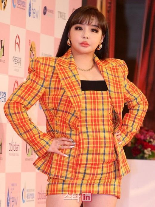 Park Bom khiến fan phát hoảng vì gương mặt sưng phù, biến dạng trên thảm đỏ - Ảnh 5
