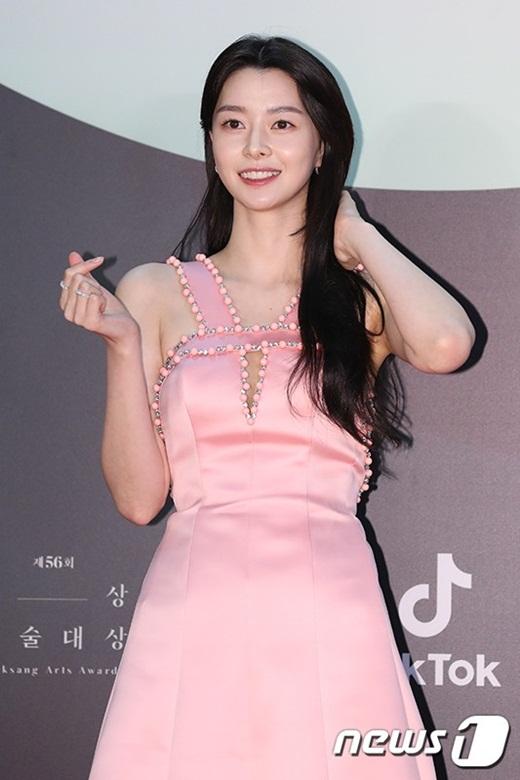 """Cặp đôi """"Hạ cánh nơi anh"""" trên thảm đỏ: Hyun Bin bảnh bao, Son Ye Jin gợi cảm hết nấc nhưng vẫn lộ khuyết điểm - Ảnh 10"""