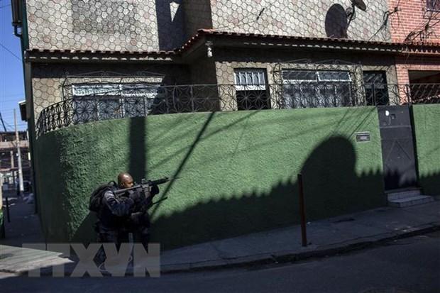 Đánh sập tường nhà giam bằng thuốc nổ, gần 30 tù nhân nguy hiểm Brazil vượt ngục - Ảnh 1