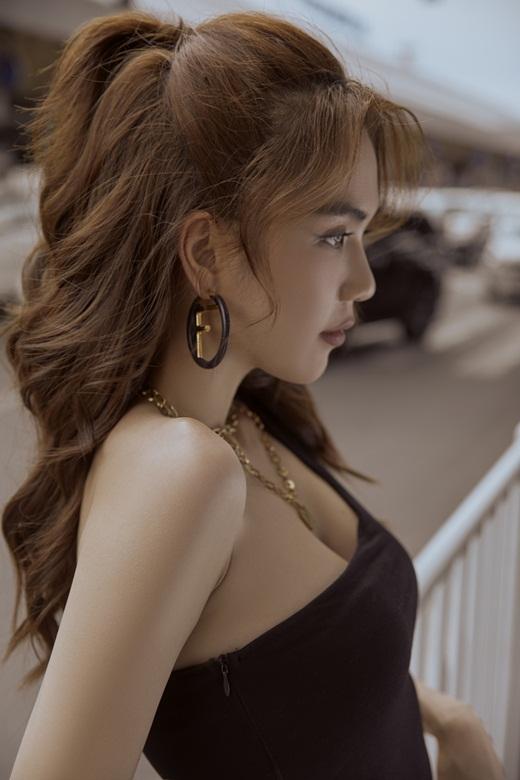 Ngọc Trinh diện áo cắt xẻ lắt léo, khoe eo thon ngực đầy, phô diễn đường cong đẳng cấp ở sân bay - Ảnh 6