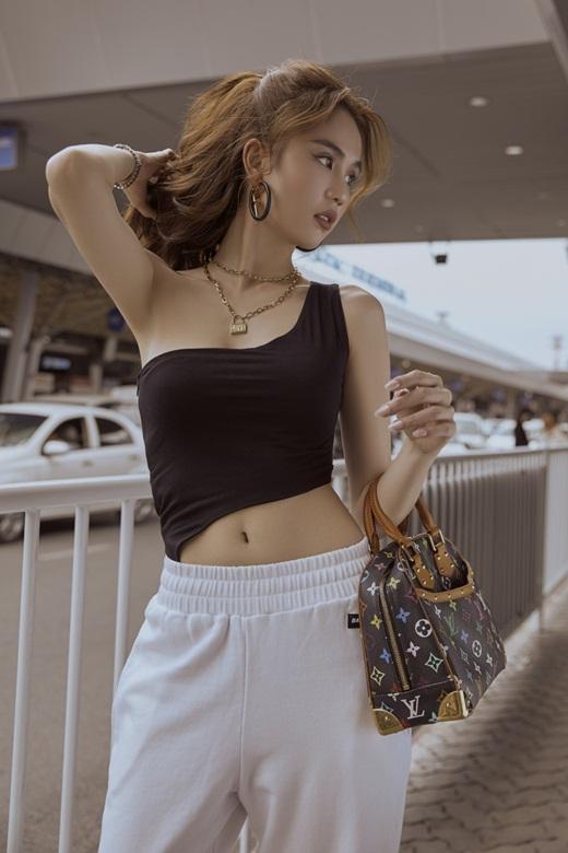 Ngọc Trinh diện áo cắt xẻ lắt léo, khoe eo thon ngực đầy, phô diễn đường cong đẳng cấp ở sân bay - Ảnh 7