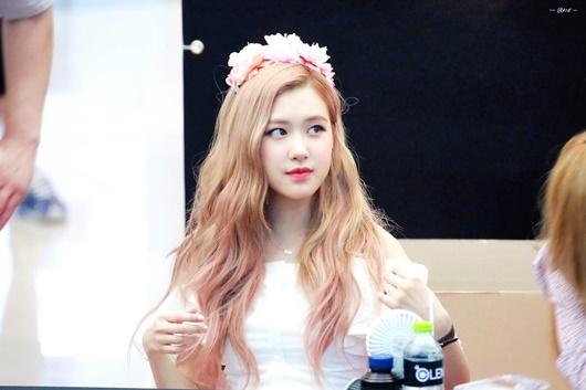 """Thần tượng Kpop đội vòng hoa đẹp như tiên nữ giáng trần khiến fan chỉ muốn """"đem về nhà giấu đi"""" - Ảnh 9"""