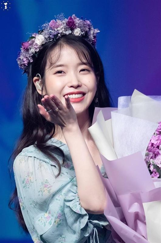 """Thần tượng Kpop đội vòng hoa đẹp như tiên nữ giáng trần khiến fan chỉ muốn """"đem về nhà giấu đi"""" - Ảnh 10"""