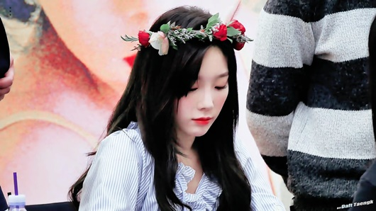 """Thần tượng Kpop đội vòng hoa đẹp như tiên nữ giáng trần khiến fan chỉ muốn """"đem về nhà giấu đi"""" - Ảnh 12"""