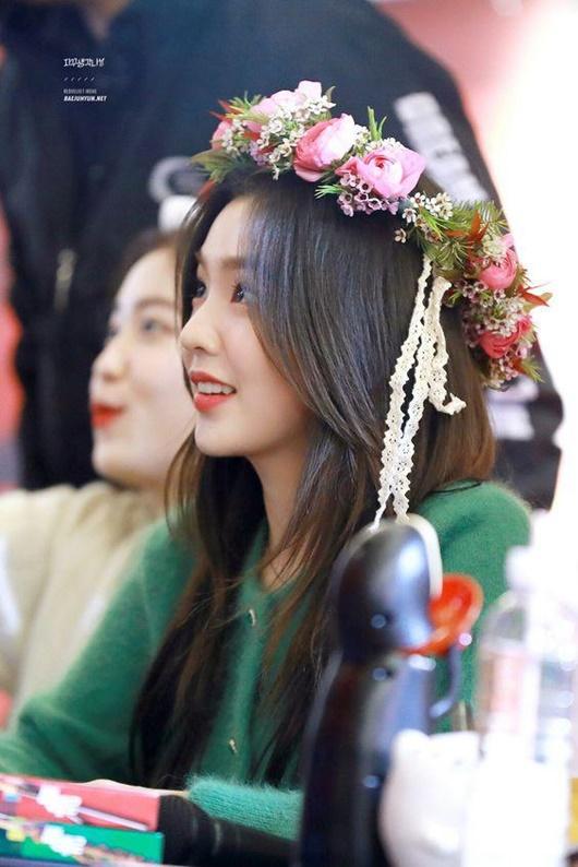 """Thần tượng Kpop đội vòng hoa đẹp như tiên nữ giáng trần khiến fan chỉ muốn """"đem về nhà giấu đi"""" - Ảnh 4"""