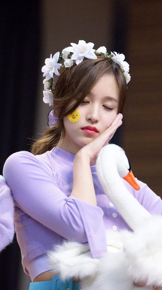 """Thần tượng Kpop đội vòng hoa đẹp như tiên nữ giáng trần khiến fan chỉ muốn """"đem về nhà giấu đi"""" - Ảnh 6"""