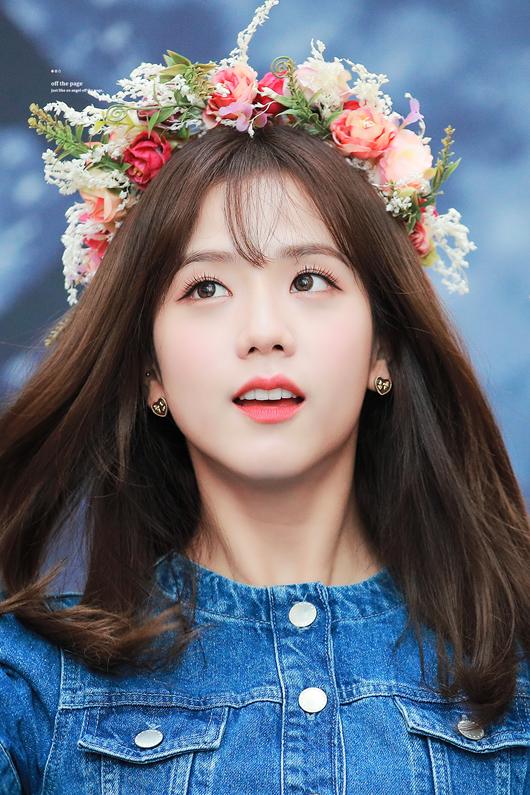 """Thần tượng Kpop đội vòng hoa đẹp như tiên nữ giáng trần khiến fan chỉ muốn """"đem về nhà giấu đi"""" - Ảnh 8"""