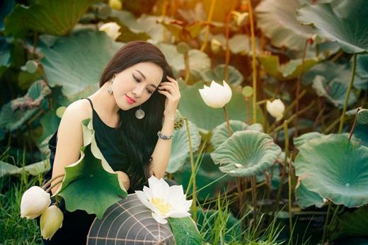 """BTV Hoài Anh diện áo yếm giữa đầm sen, khoe nhan sắc """"hoa ghen thua thắm"""" - Ảnh 1"""