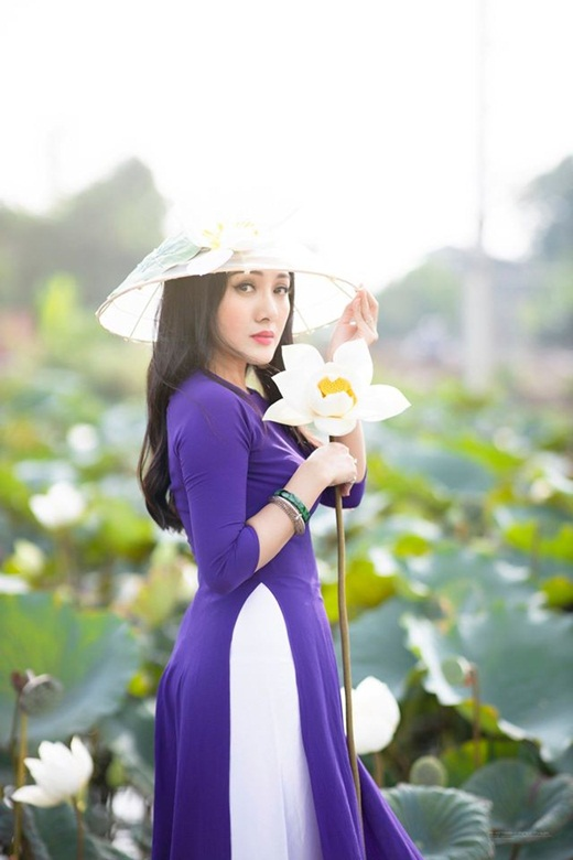 """BTV Hoài Anh diện áo yếm giữa đầm sen, khoe nhan sắc """"hoa ghen thua thắm"""" - Ảnh 4"""