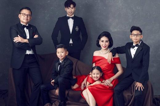 """Hoa hậu Hà Kiều Anh khoe ảnh gia đình quyền quý, sang trọng """"hết phần thiên hạ"""" nhân kỷ niệm 13 năm ngày cưới - Ảnh 1"""